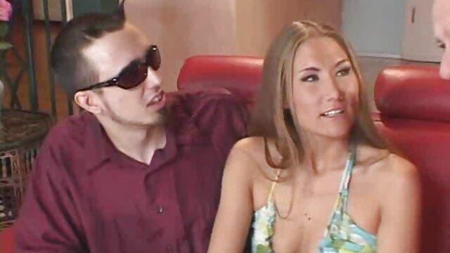 ¡La rubia sucia de 5 pies Carmen Valentina da un trabajo de porno latino 4k pie increíble!