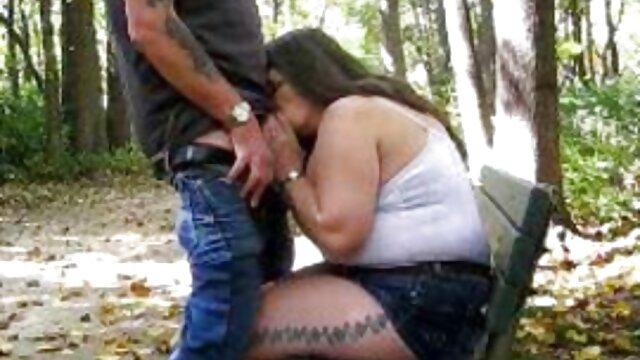 Madrastra guapa sexo entre latinos se sale con la suya con su hijastra traviesa