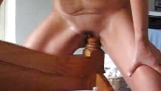 Esposa lo encuentra follando con su vieja mami sexo en vivo latino