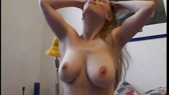 Suesse Hausfrau im videos de sexo en español latino Bett verwoehnt